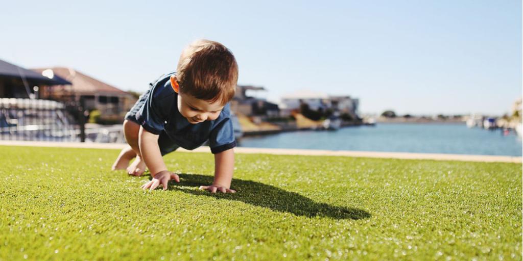 Niños jugando en césped sintético