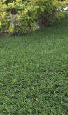 instalar grama artificial jardín exterior
