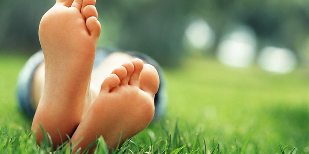 Beneficios de caminar descalzos para la salud