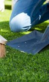Limpieza y mantenimiento del césped sintético