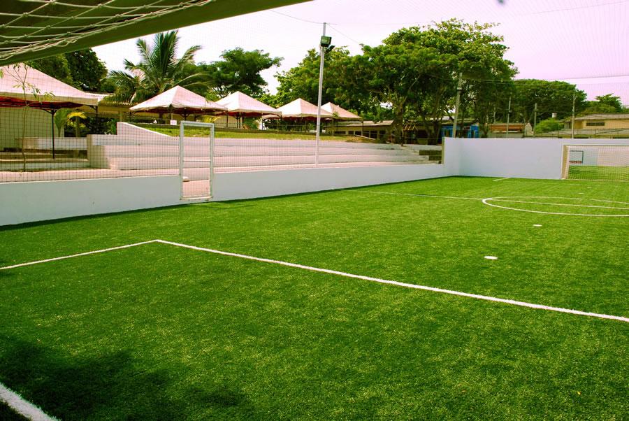 jugar futbol en cancha sintetica parque del sol