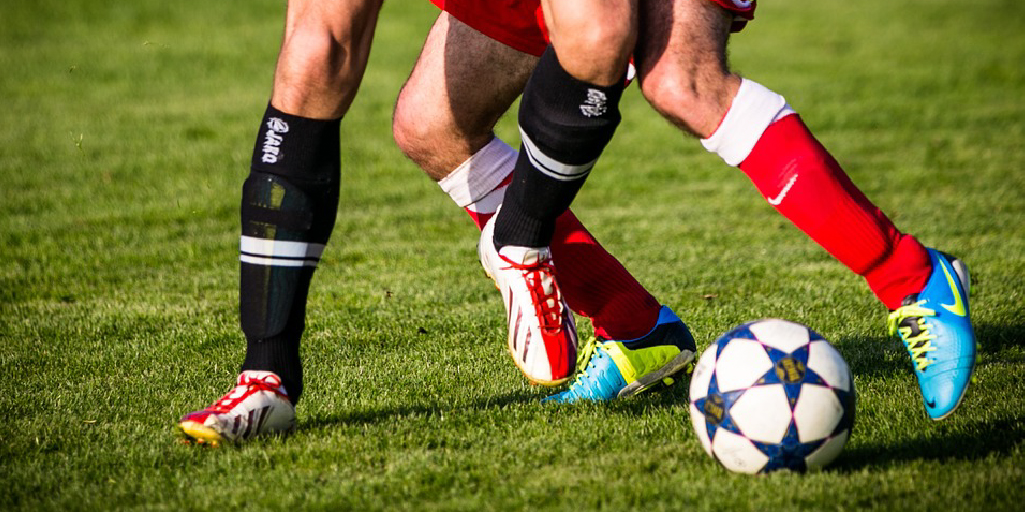 jugar futbol en cancha sintetica