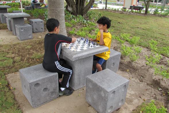 mesa de ajedrez en concreto mobiliario urbano en parques