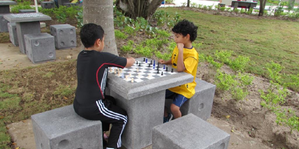 mobiliario urbano en parques para disfrutar en familia
