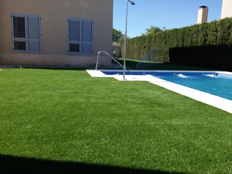 grama sintética alrededor de piscinas