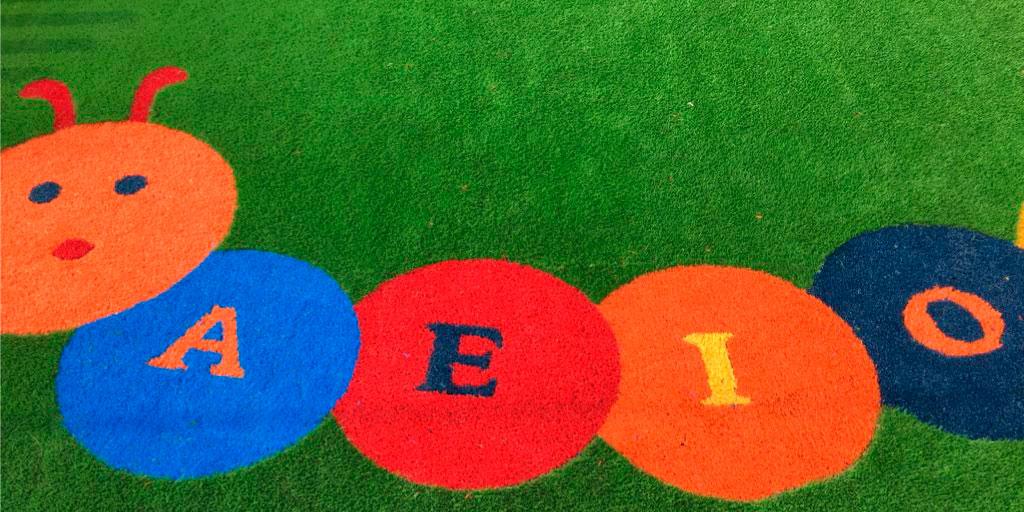 grama sintética de colores en parques infantiles