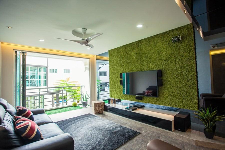 Grama sintética en pared para la renovación de espacios interiores.