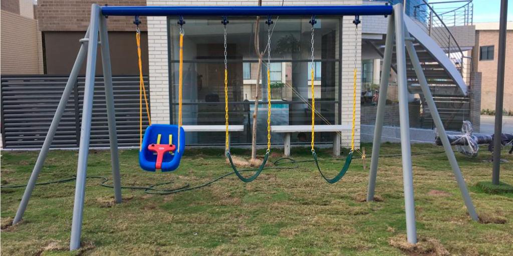 columpios para niños en parques infantiles de exterior