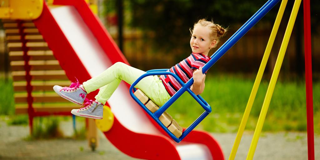 elementos de juego en los parques infantiles en colegios